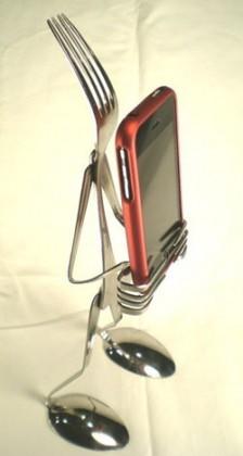 أصنع حامل آي-فون من معالق وشوك الطعام