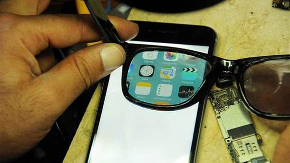 هذا الاختراع يسمح لك برؤية شاشة هاتفك وحدك